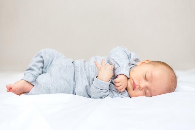 un bebé recién nacido está durmiendo en una manta imagen de archivo libre de regalías