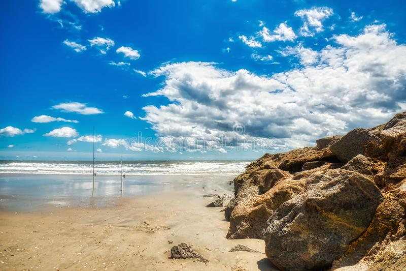 Un bei cielo, spiaggia e roccia su un inguine all'isola di Pawleys immagini stock