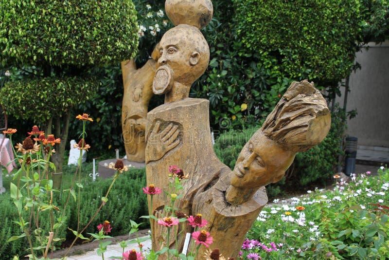 Un bei giardino e scultura in un composto di hotel immagine stock