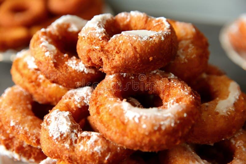 Un beignet fait maison, en dépit de la forme non-idéale, est un supérieur de goût à n'importe quel autre beignet acheté dans un m image stock