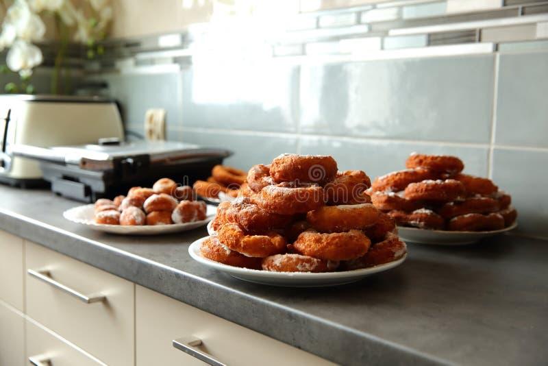 Un beignet fait maison, en dépit de la forme non-idéale, est un supérieur de goût à n'importe quel autre beignet acheté dans un m images libres de droits