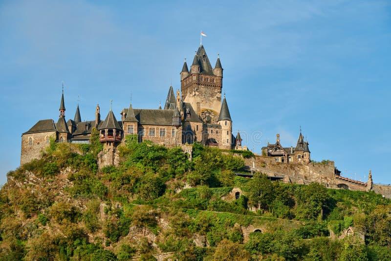 Un bel castello di Reichsburg su una collina a Cochem, Germania fotografie stock libere da diritti