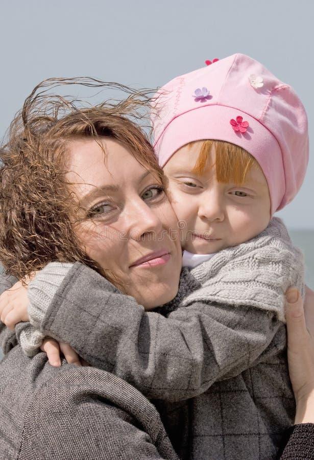 Un bel enfant étreint la mère heureuse photos libres de droits