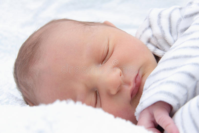 Un bello bambino addormentato immagini stock