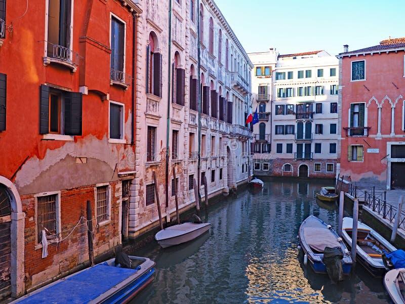 Un bello canale nella città di Venezia, Italia immagini stock libere da diritti