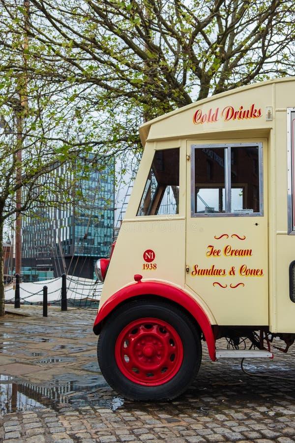 Un bello furgone classico ai bacini di Liverpool, porto del gelato di Liverpool, recente su un pomeriggio nuvoloso immagine stock libera da diritti