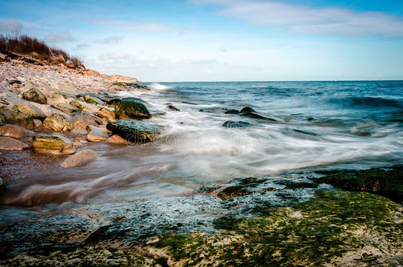 Un bello giorno soleggiato sulla grande linea britannica della costa fotografia stock
