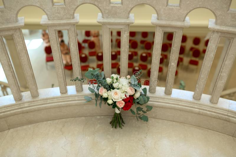 Un bello mazzo di nozze con l'eustoma bianco e rosso delle foglie, delle rose, della peonia delle rose, dell'eucalyptus Nozze flo immagine stock