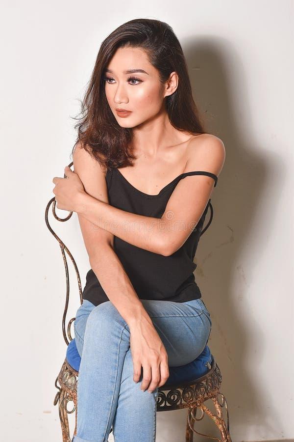Un bello modello asiatico minuta Poses Sexy immagini stock