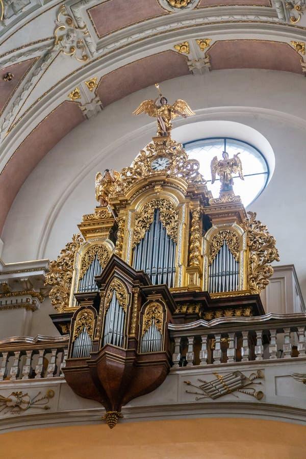 Un bello organo dorato scolpito in una delle chiese di vecchia Praga immagini stock