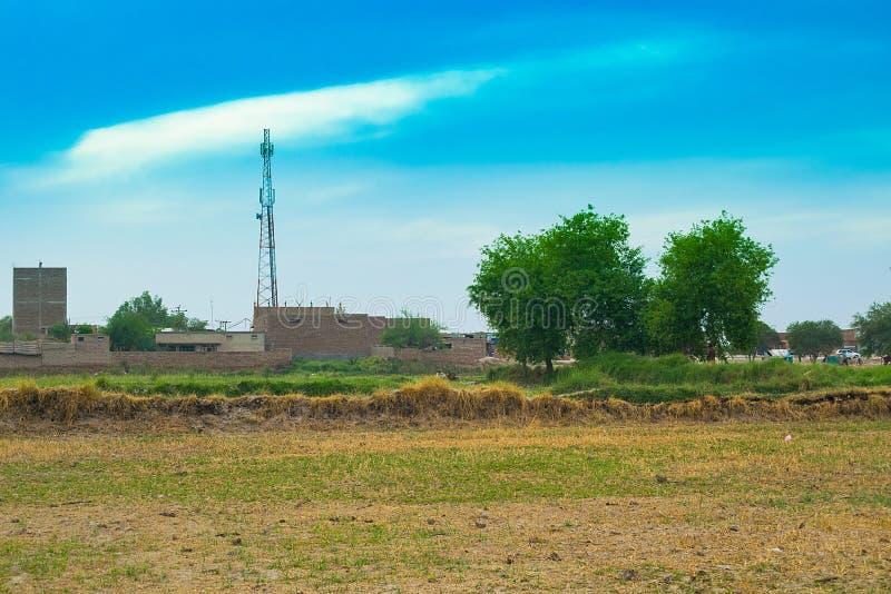 Un bello paesaggio di una torre di comunicazione su mezzi mobili in un villaggio immagini stock
