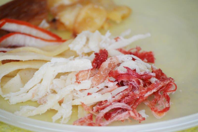 Un bello piatto d'affettatura per i calamari secchi fotografie stock libere da diritti