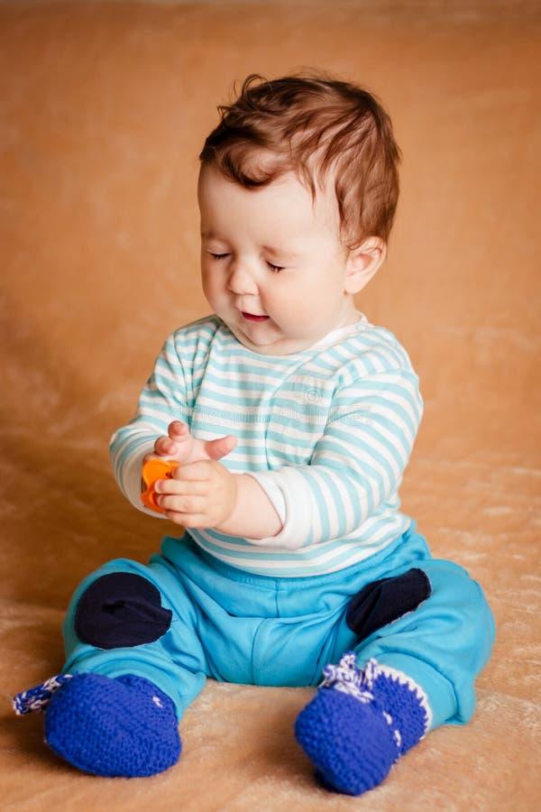 Un bello piccolo bambino con gli occhi azzurri immagini stock