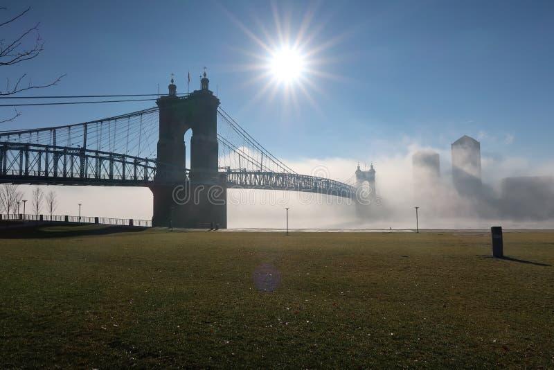 Un bello ponte della città si siede nella nebbia pesante di mattine immagini stock libere da diritti
