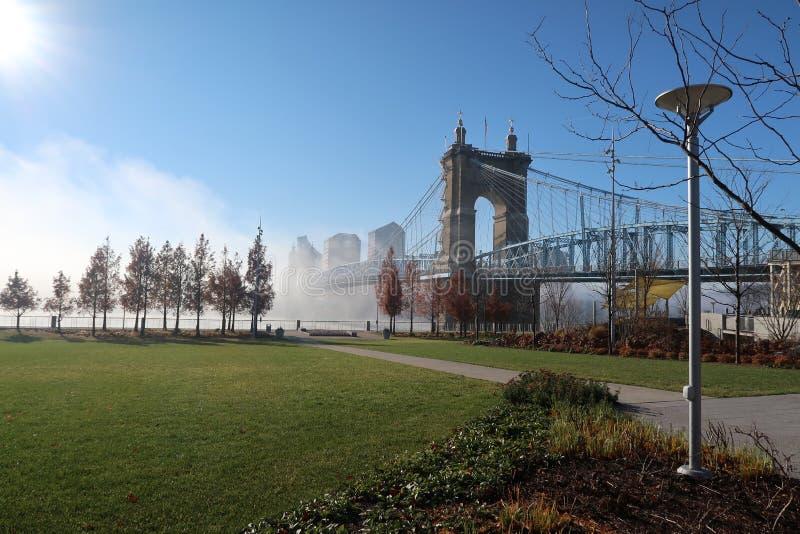 Un bello ponte della città si siede nella nebbia pesante di mattine fotografie stock libere da diritti