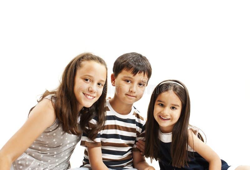 Un bello ritratto di due sorelle e di un fratello fotografie stock libere da diritti