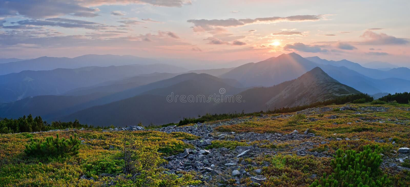 Un bello tramonto nelle montagne, vista panoramica Moun di estate fotografia stock