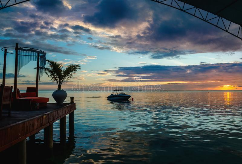 Un bello tramonto variopinto sopra l'oceano immagine stock libera da diritti