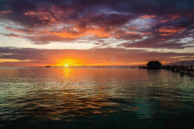 Un bello tramonto variopinto sopra l'oceano, Maldive immagine stock libera da diritti