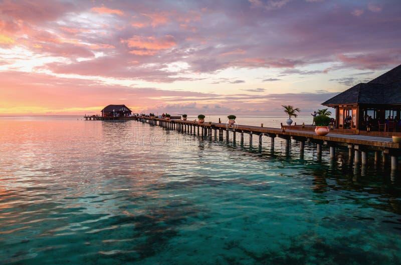 Un bello tramonto variopinto sopra l'oceano, Maldive fotografie stock