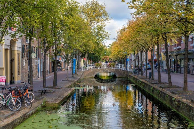 Un bello vecchio canale storico nel centro di Delft, Paesi Bassi fotografia stock