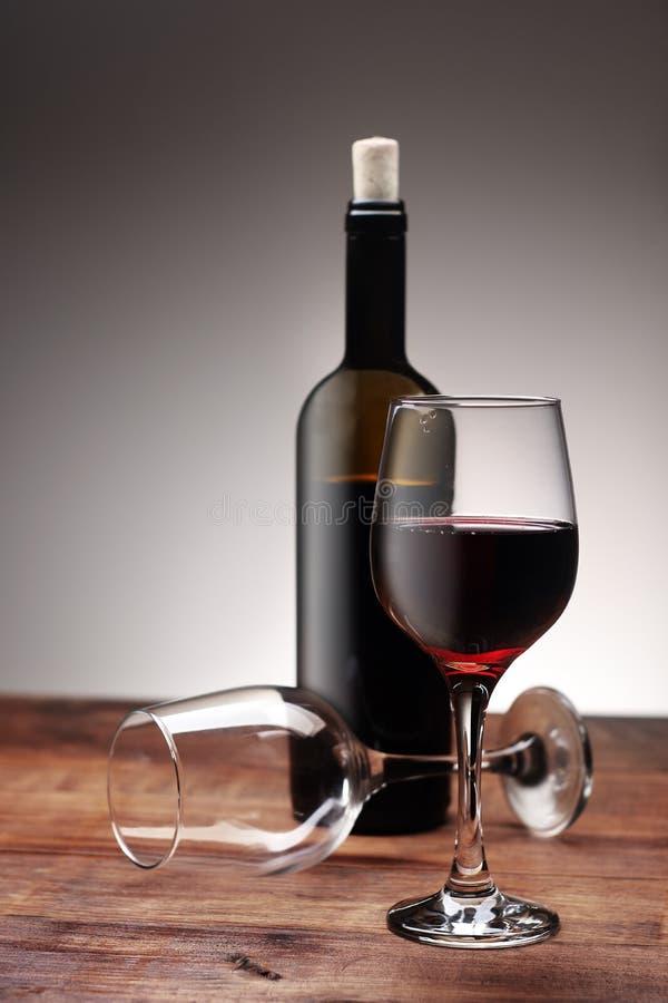 Un bicchiere di vino con una bottiglia fotografia stock