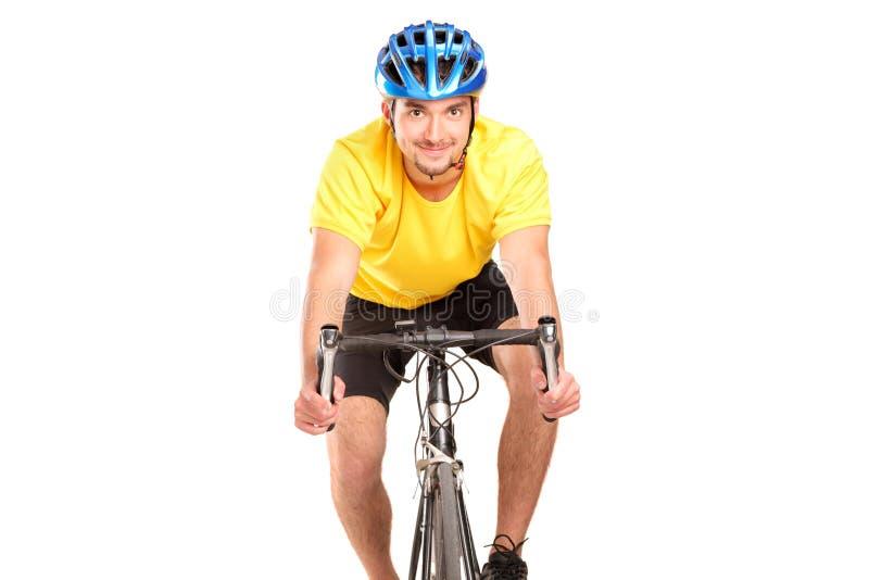 Un bicyclist sonriente que presenta en una bicicleta fotos de archivo