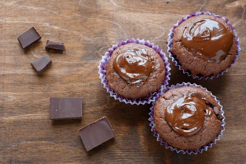 Un bigné di tre cioccolato fotografia stock