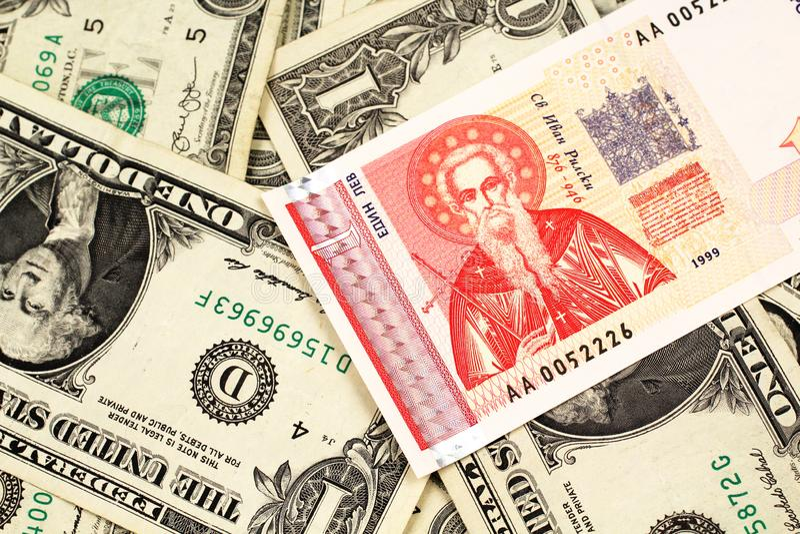 Un un billet de banque bulgare de lev avec l'Américain billets d'un dollar un photographie stock libre de droits