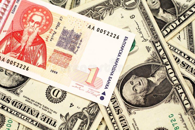 Un un billet de banque bulgare de lev avec l'Américain billets d'un dollar un image stock