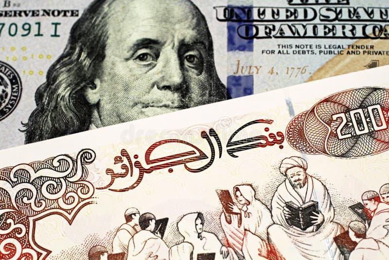 Un billet de banque du dinar deux cents algérien avec des cent billets d'un dollar américain image stock
