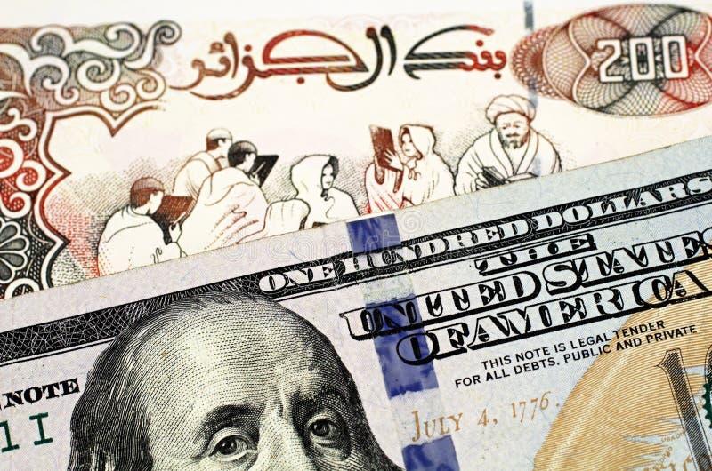Un billet de banque du dinar deux cents algérien avec des cent billets d'un dollar américain photographie stock libre de droits