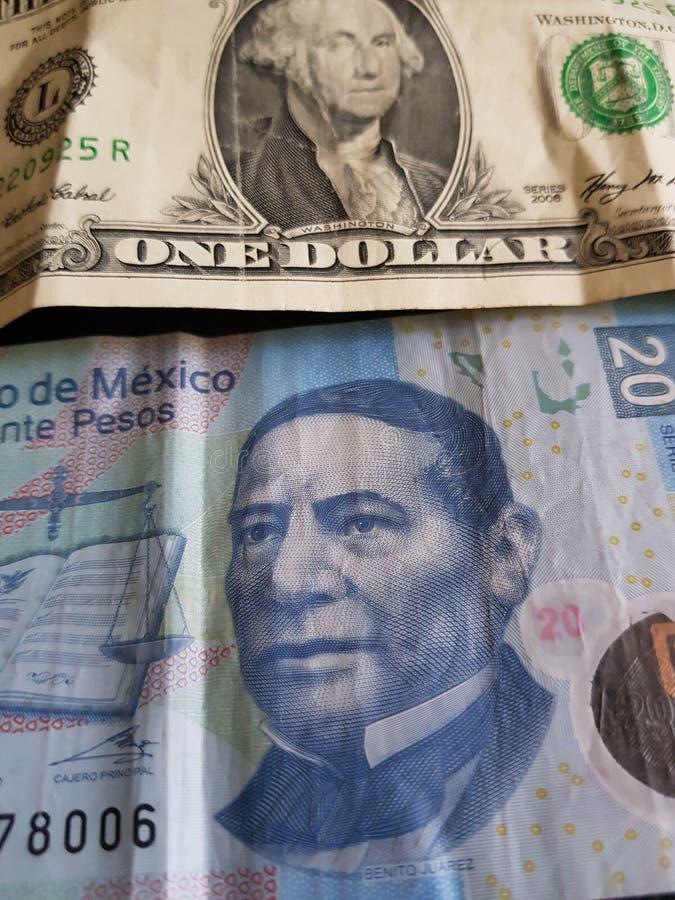 un billete de dólar y 20 Pesos de México, de fondo y de textura fotos de archivo