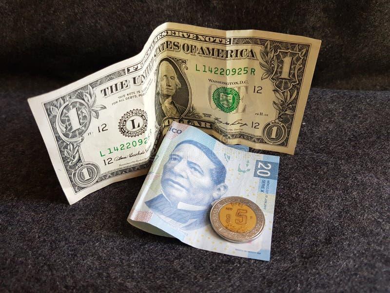un billete de dólar y 25 Pesos de México, de fondo y de textura imagen de archivo