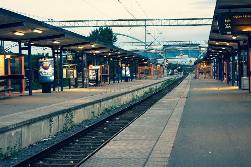 Un binario ad una stazione ferroviaria in Svezia fotografia stock