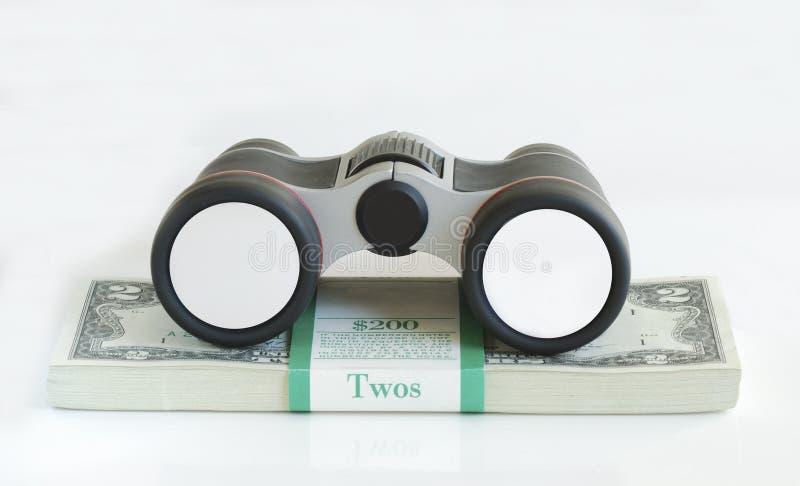 Un binocular en la tapa de una pila de bil de $2 dólares fotografía de archivo libre de regalías