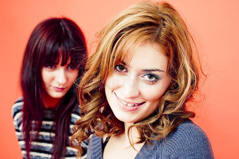 Un biondo e un brunette.   fotografia stock