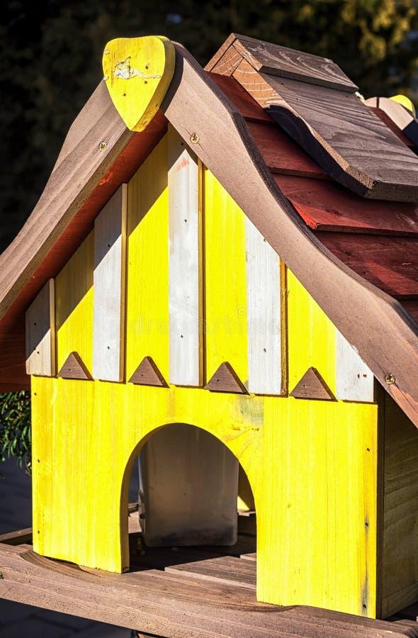 Un Birdhouse en la nieve fotos de archivo libres de regalías