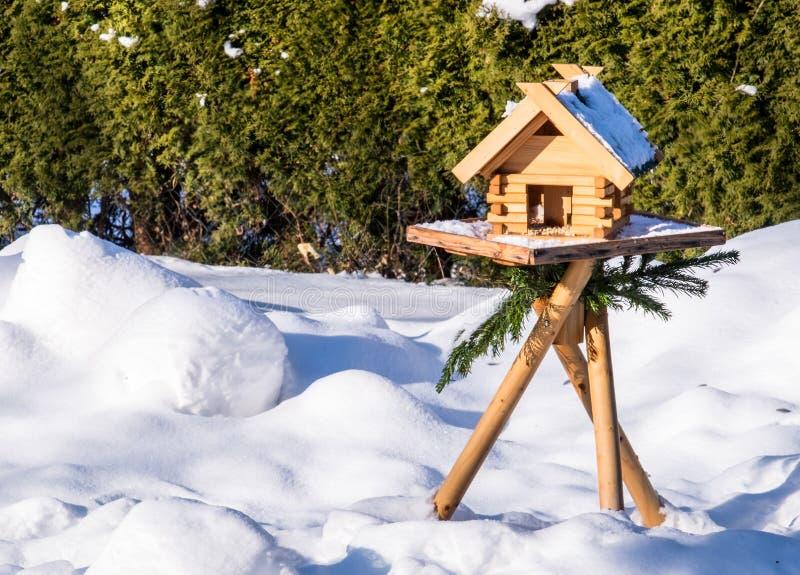 Un Birdhouse en la nieve foto de archivo libre de regalías