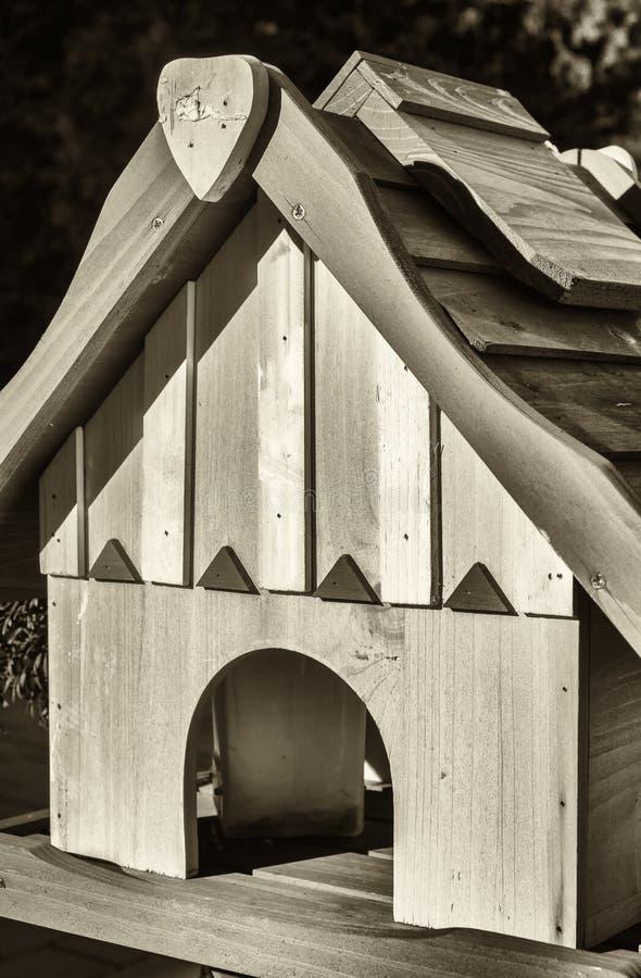Un Birdhouse en la nieve imagen de archivo libre de regalías