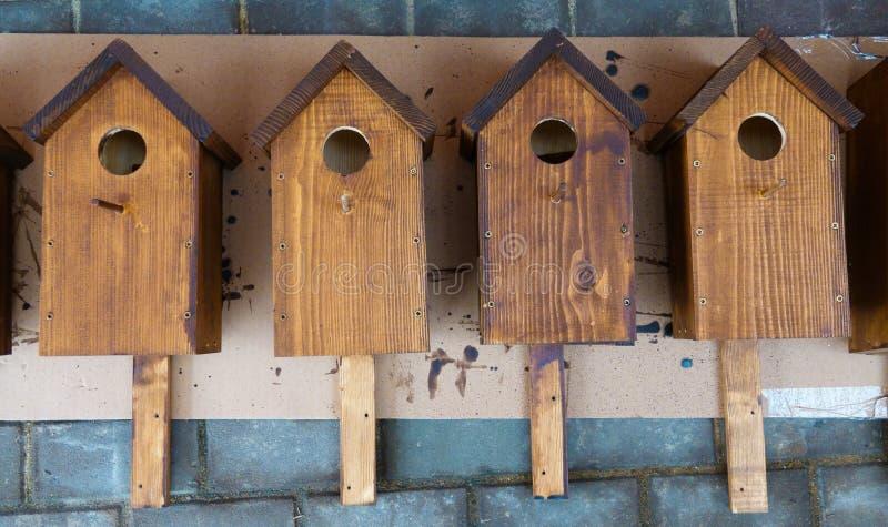 Un Birdhouse nella neve immagine stock