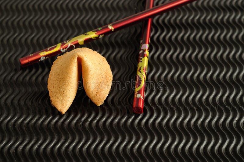 Un biscotto di fortuna e un paio dei bastoncini rossi immagini stock libere da diritti