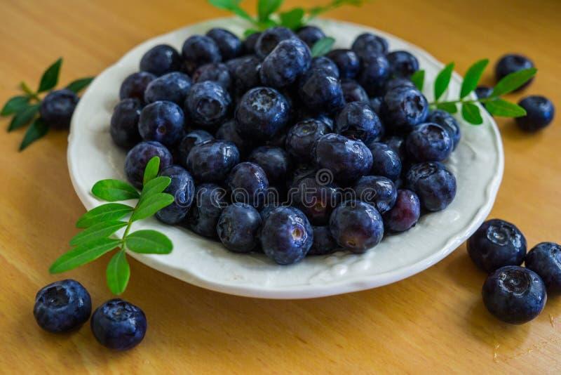 Un bleuet de jardin coulé dans une soucoupe sur une table photo libre de droits