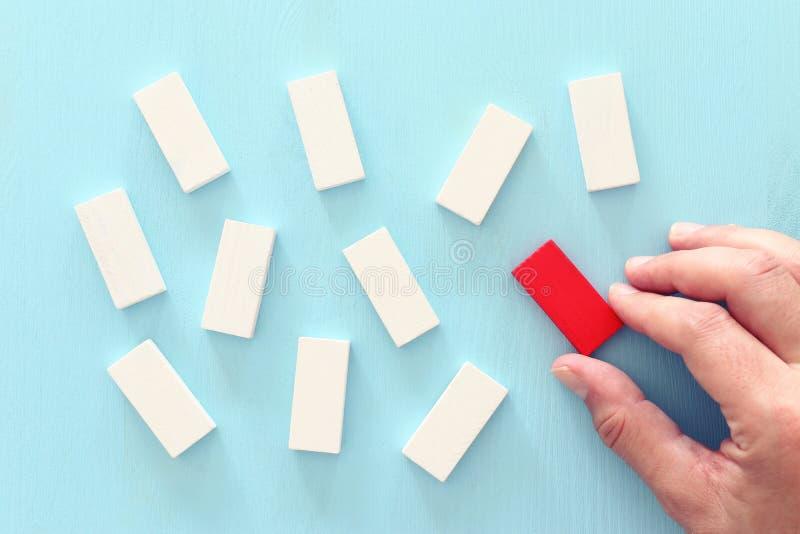 Un bloc de cube rouge différent parmi les blocs de bois Individualité, leadership et concept unique photo libre de droits