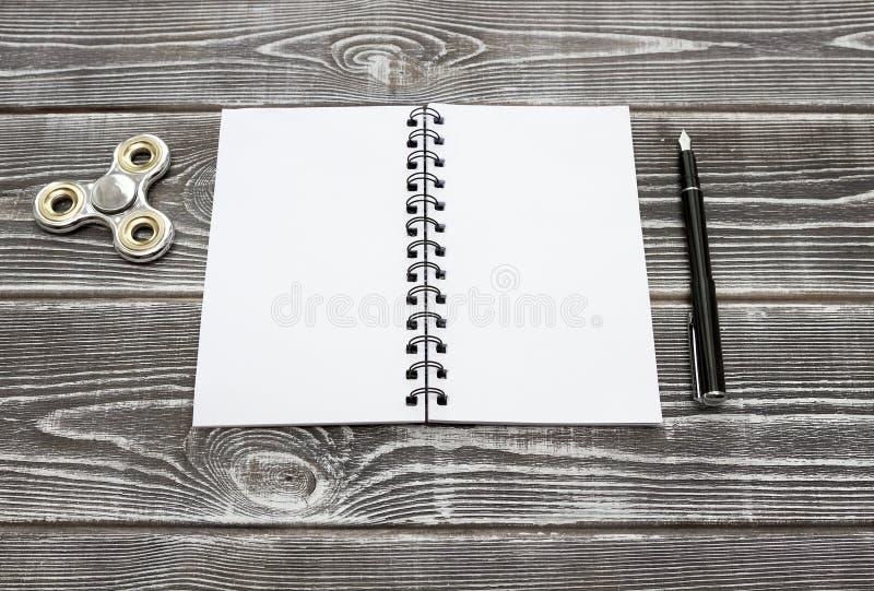 Un blocco note con gli strati puliti, una penna stilografica e un filatore fotografia stock