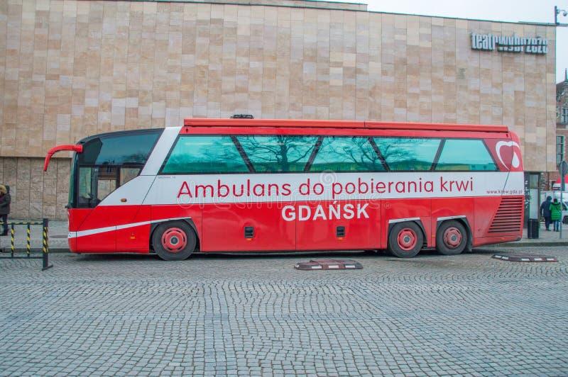 Un bloodmobile del autobús de la colección de la sangre en Gdansk en la gran orquesta del polaco Wielka Orkiestra Swiatecznej Pom imagen de archivo libre de regalías