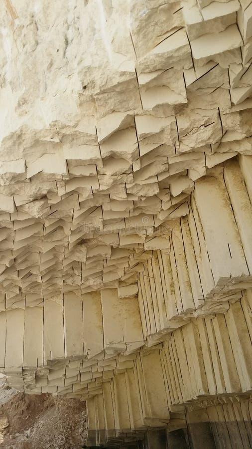 Un bloque de tiza en una montaña de la tiza imagenes de archivo