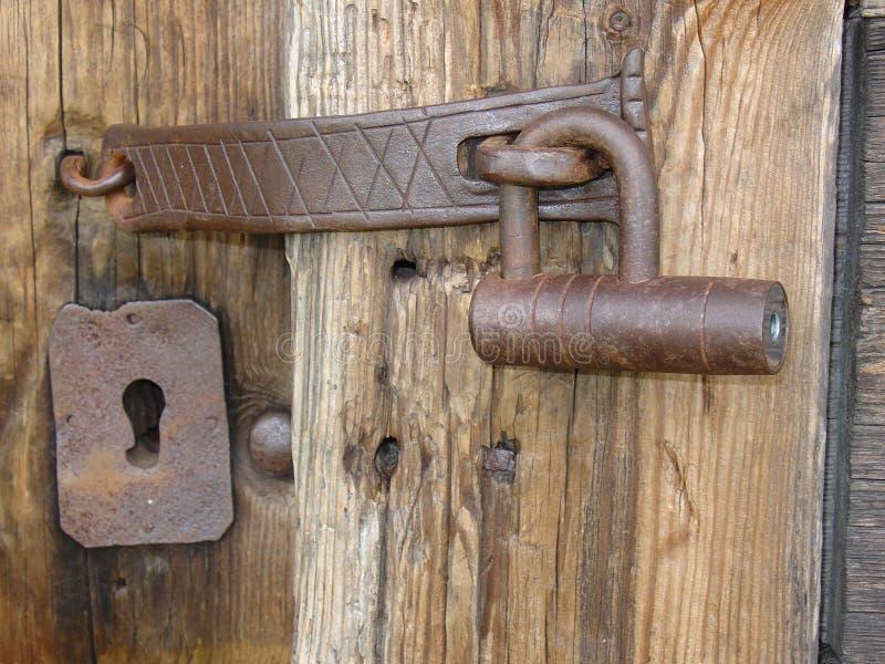 Un bloqueo viejo del hierro en un viejo woodhouse fotografía de archivo