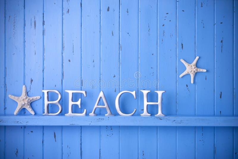 Fondo di legno blu delle stelle marine della spiaggia fotografia stock