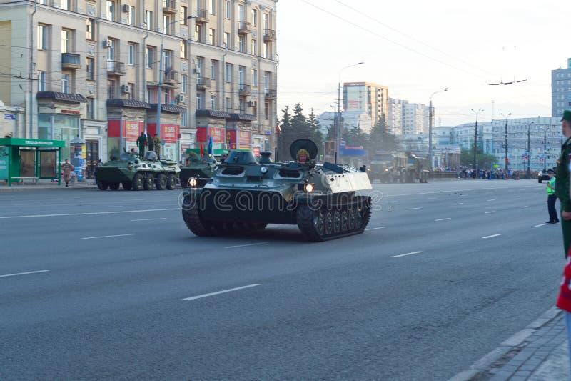 Un BMP-1 conduit le long de l'avenue de Lénine photographie stock libre de droits